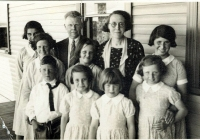 qqaMr & Mrs Oates with Rose Cottage Girls 1939